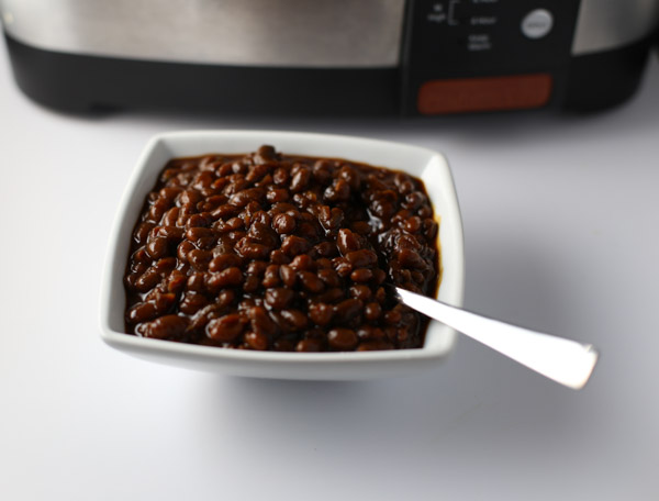 Slow Cooker Vegetarian Boston Baked Beans | Tabs & Tidbits