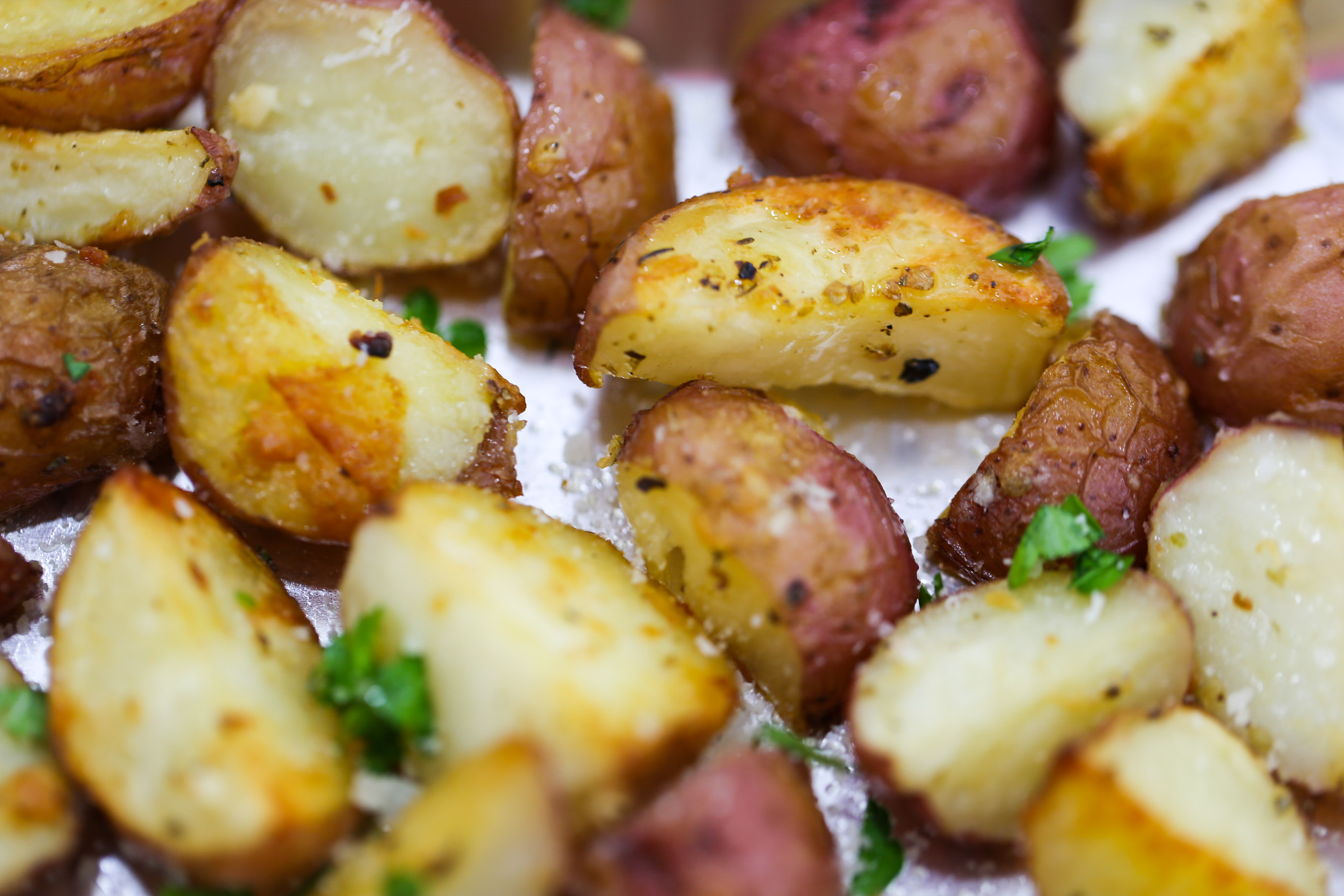 These Garlic Parmesan Roasted Potatoes are crispy and creamy bites of ...